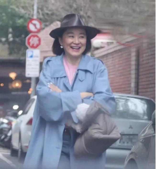 林青霞被粉丝近距离拍照,笑脸相迎很配合,自然老去一样漂亮!