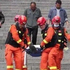 十八盘之上!挑山工摔伤昏迷,索道检修停运,消防徒步抬人下山!