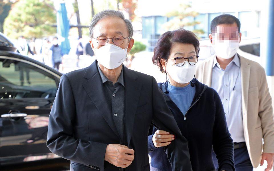 78岁韩国前总统李明博入狱前现身医院:面容消瘦 夫人搀扶