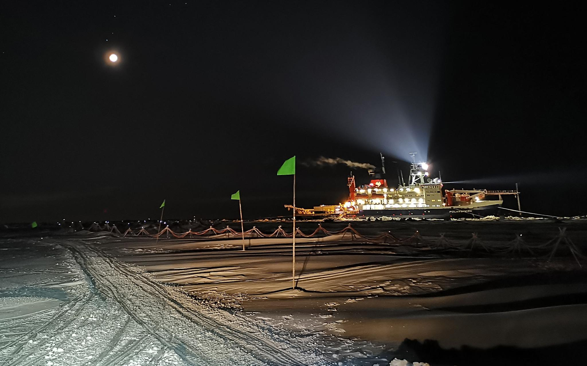 在北冰洋漂流的75天:极夜、风暴与北极熊图片