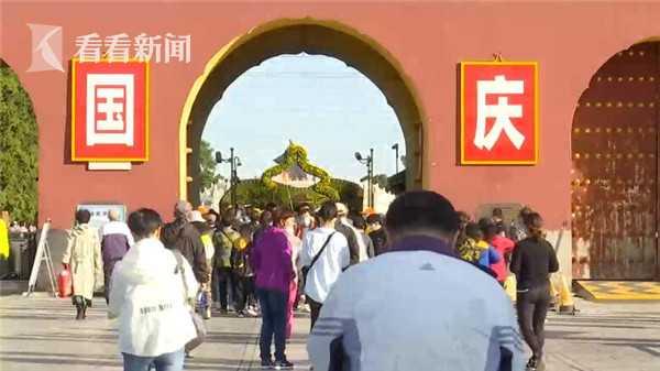 视频|双节同庆游人如织 天坛公园服务团队坚守岗位图片