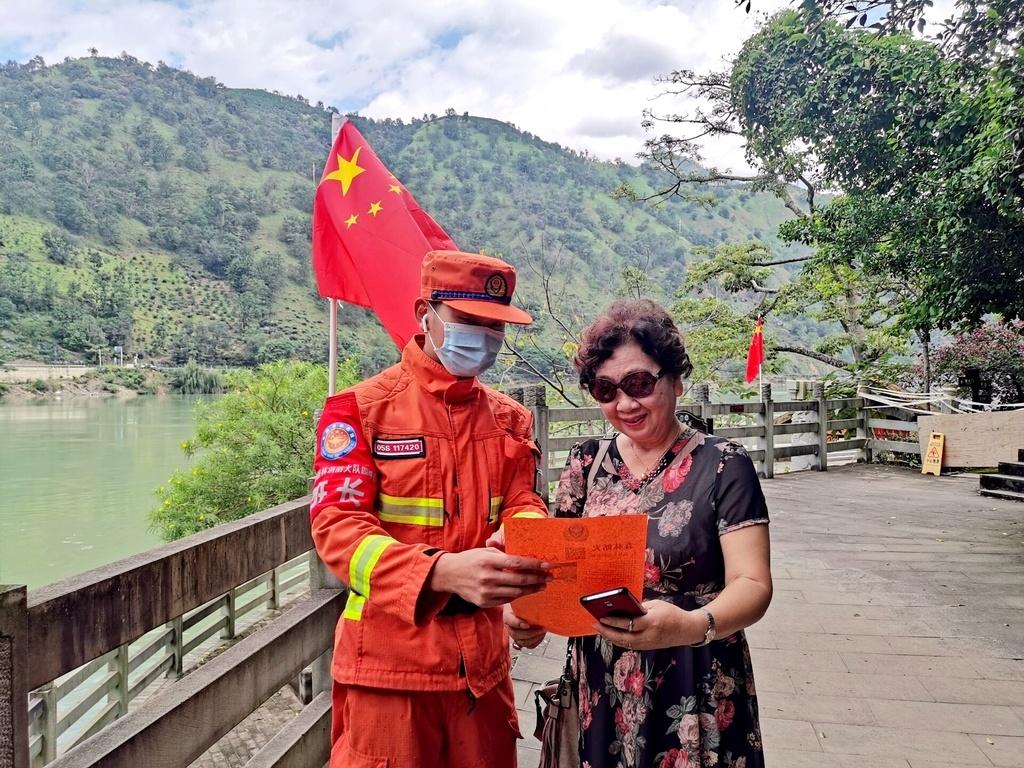 我在一线过节⑥丨盐边森林消防员向游客宣讲森林防火知识