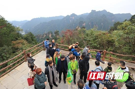 张家界国家森林公园:黄石寨顶游人乐