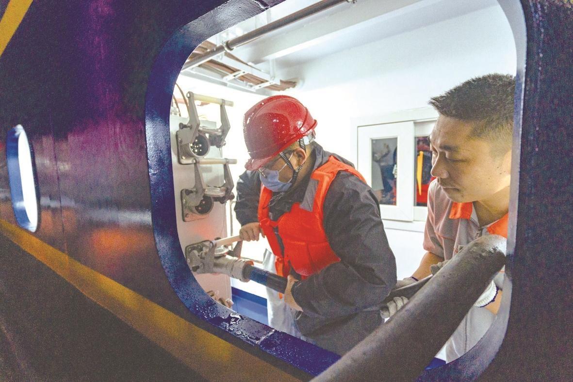 中国首艘内河节能环保示范船接入岸电