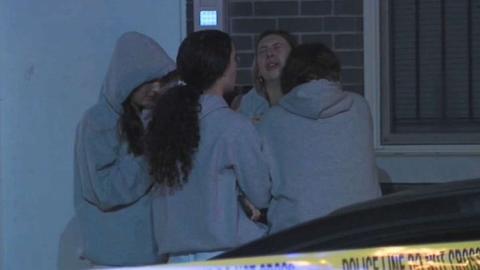 两名美国大学生在天台聚会 自拍时从四楼摔下