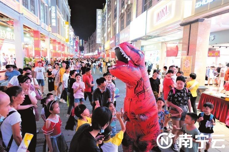 """南宁:享受美好的假期 感受""""迟来的春节""""(图)"""