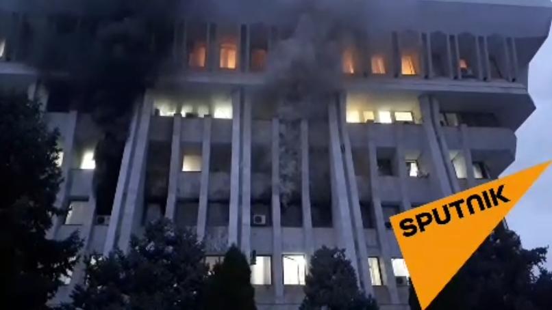 燃楼内大 浓烟起视频截图。