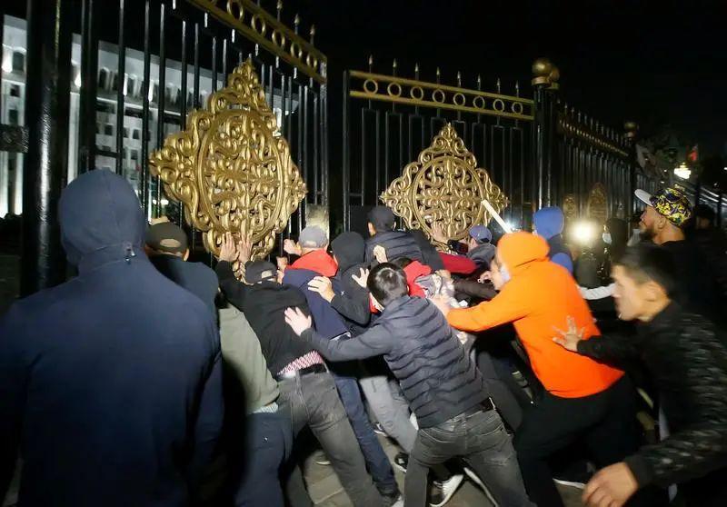 """吉尔吉斯斯坦""""白宫""""被强占后……图片"""