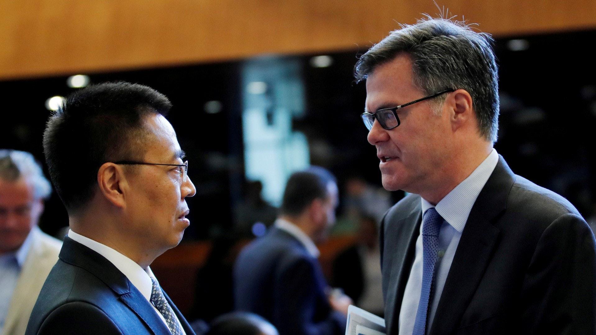 中美兩國驻世贸构造大年夜大年夜使张向晨(左)及丹尼斯·谢伊(Dennis Shea)(右)
