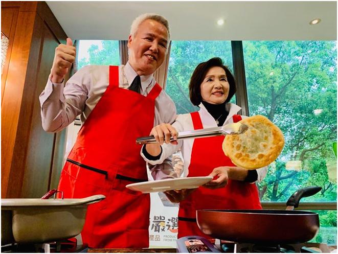 林姿妙约请林瑞阳(左)成为宜兰县旅行大使。图源:台媒
