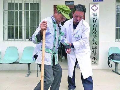 邓前堆搀扶暮年患者。张勇 摄 图源:灼烁日报