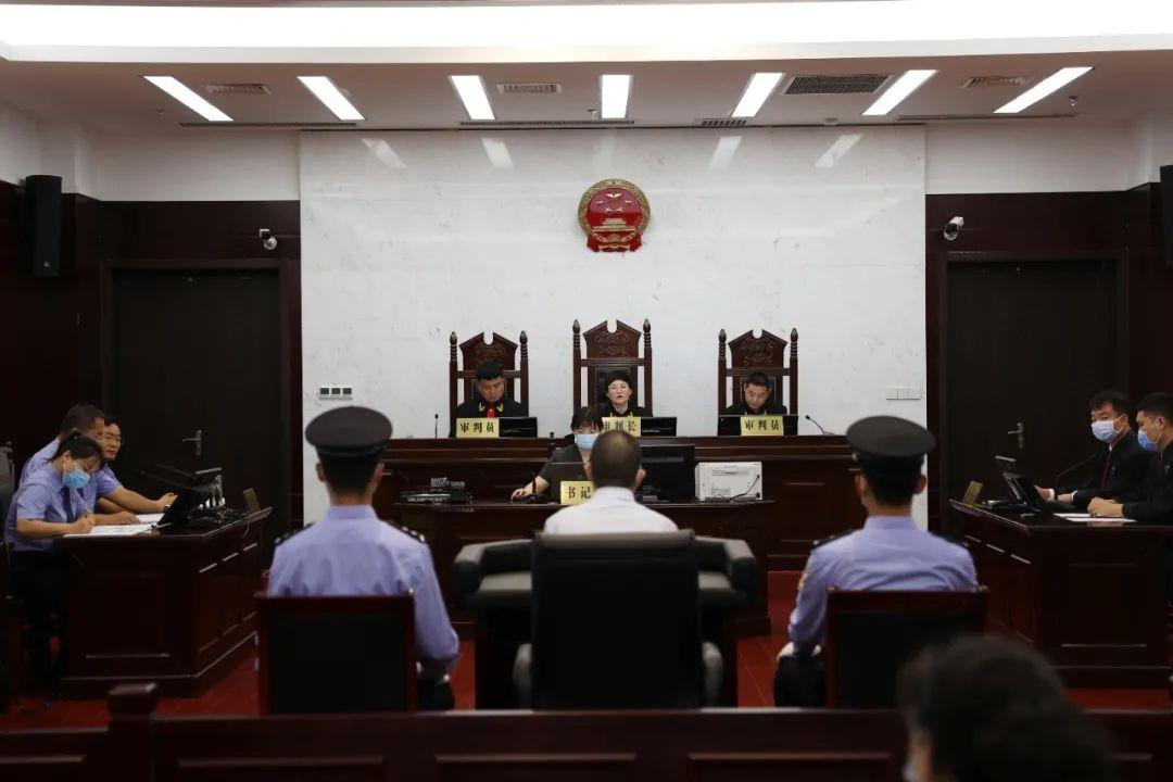 华美注册:县委原书记受贿案华美注册开庭图片