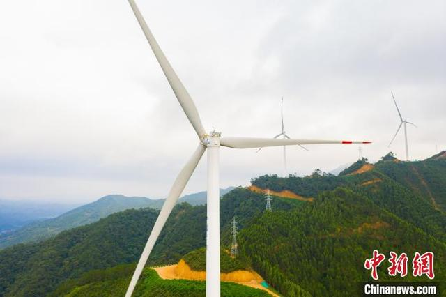 """ope官方网站:在广西岑溪建设""""风力发电城"""" 风力涡轮机形成一条美丽的风线"""