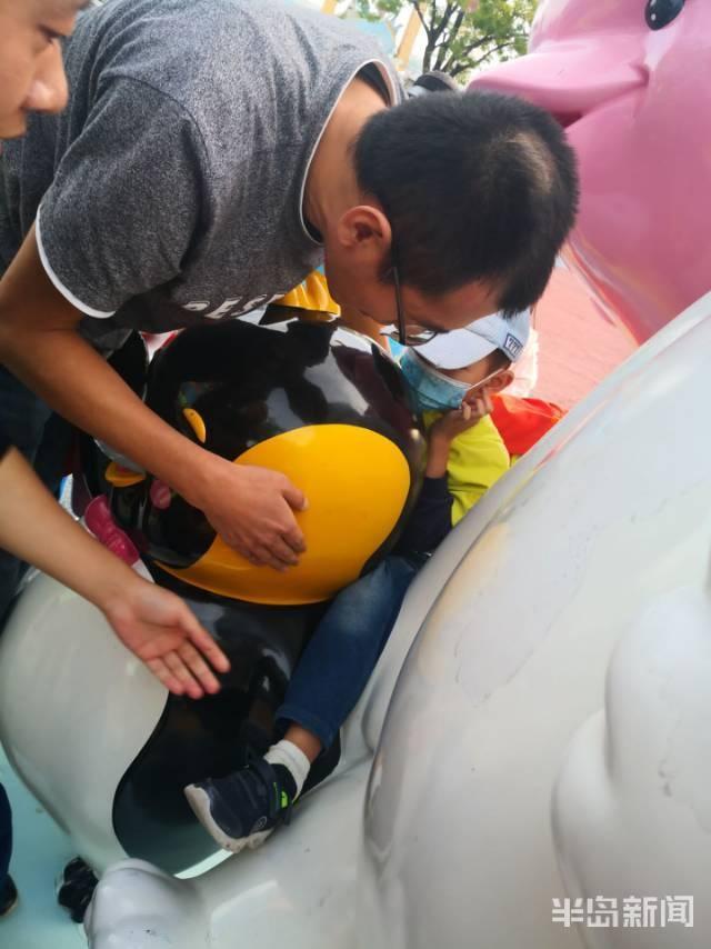 青岛是一名5岁的男孩,他把腿