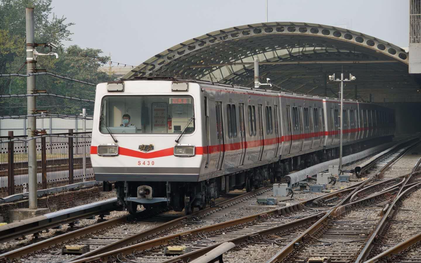 地铁1号线列车即将驶入四惠站,车辆旁边的斜向轨道即为新增设的4组道岔。 记京报新剑 裴者贯通飞。 摄