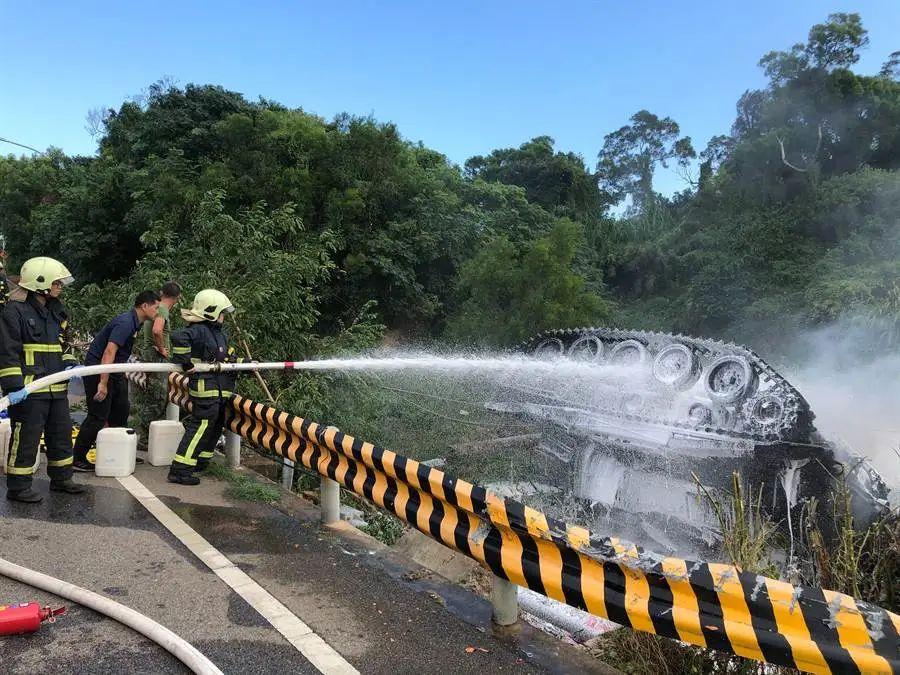 台湾战车翻覆现场。图源:台湾中时消息网