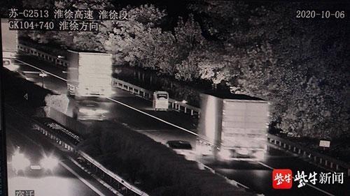 有了导航 女子晚上开着电动三轮车 带着女儿高速行驶了10公里