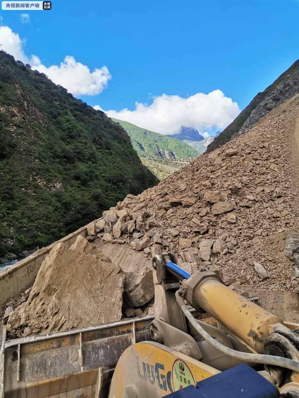 G227高速公路四川省甘孜市稻城段因山体突然坍塌而暂时中断 目前正在紧急通过