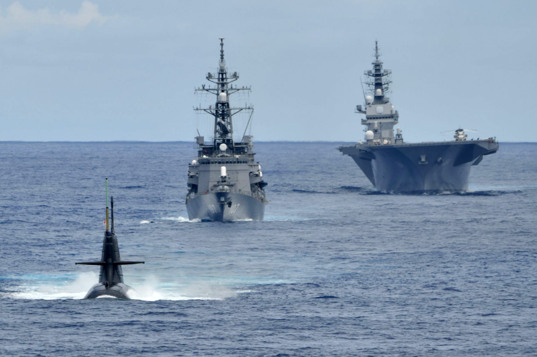 """日本最大""""准航母""""现身南海!还带潜艇进行反潜演练图片"""