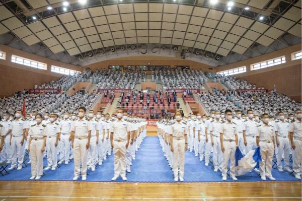 """书记校长谆谆寄语 """"送水叔叔""""传递正能量,上海海事大学迎来6800余名新生"""