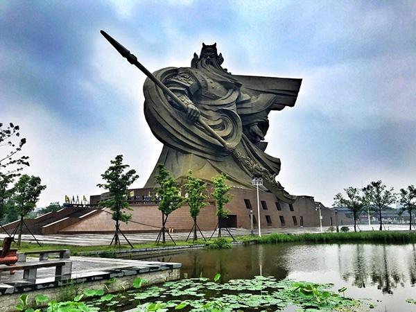 湖北荆州违建巨型关公雕像被通报,省住建厅:高度重视正处理图片
