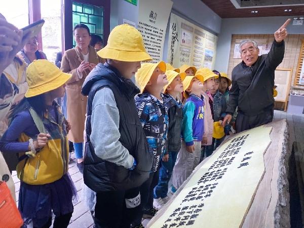 体验民族工艺 了解传统文化 年轻人走进七良县蔡后纸博物馆学习古代造纸