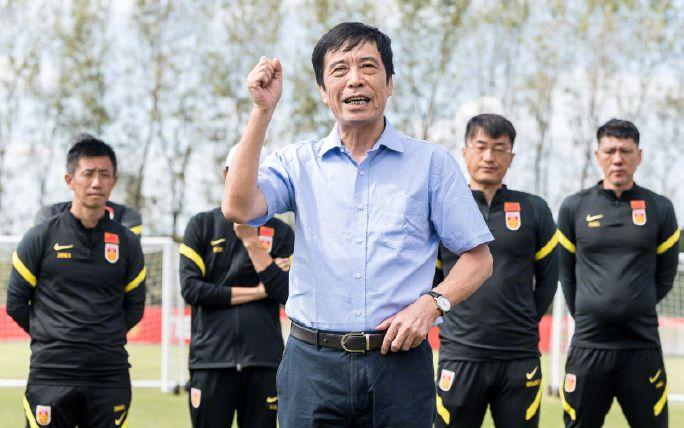 国足集训结束,足协主席陈戌源探班并激励国脚图片