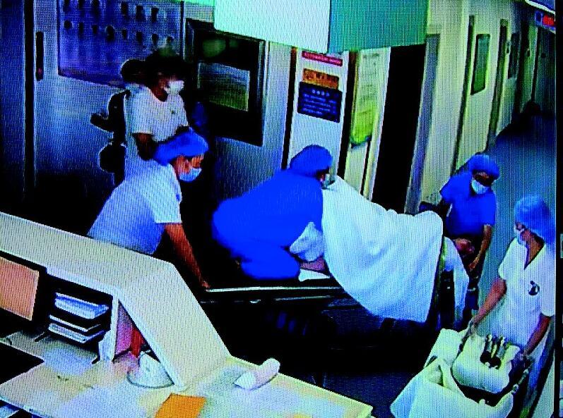 助产士产床上跪式托举胎头 医务人员通力协作母子平安