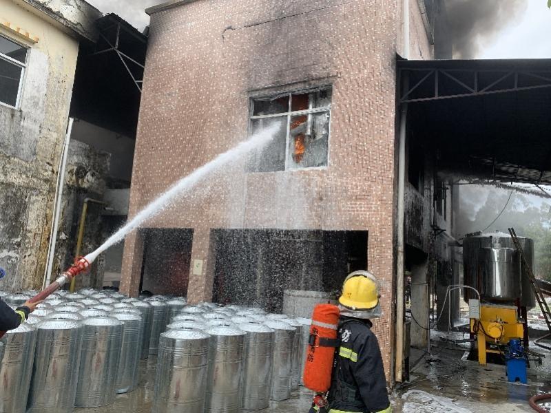 广东阳江某美容产品厂失火 黑烟激增 幸运的是 没有人员伤亡