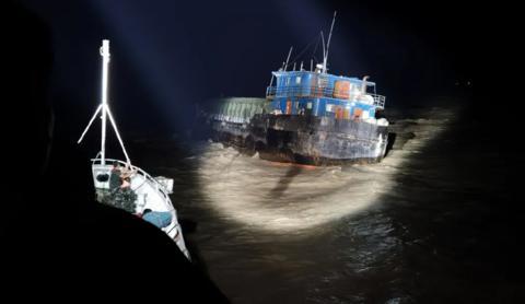 走私船故意撞中国海警巡逻舰后逃逸 被强行跳帮控制图片