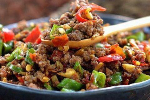 家常美食:黄瓜木耳炒鸡蛋,蚝油蒜香茄盒,尖椒牛肉末