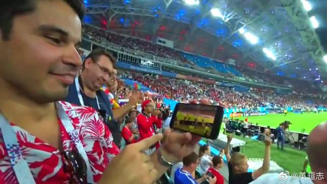 C罗任意球绝平西班牙,现场葡萄牙球迷激动到语无伦次,又唱又跳
