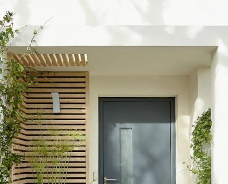 有钱人都这样装了,入户门侧腾出半平米,木格栅围墙打造景观区