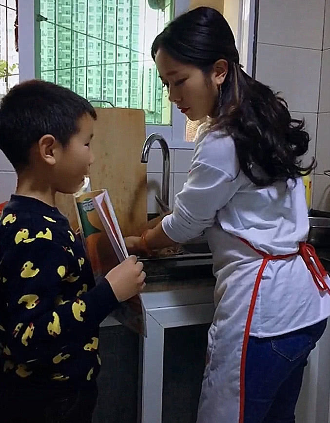 儿子背好课文让妈妈检查,网友:找爸爸可能会挨揍