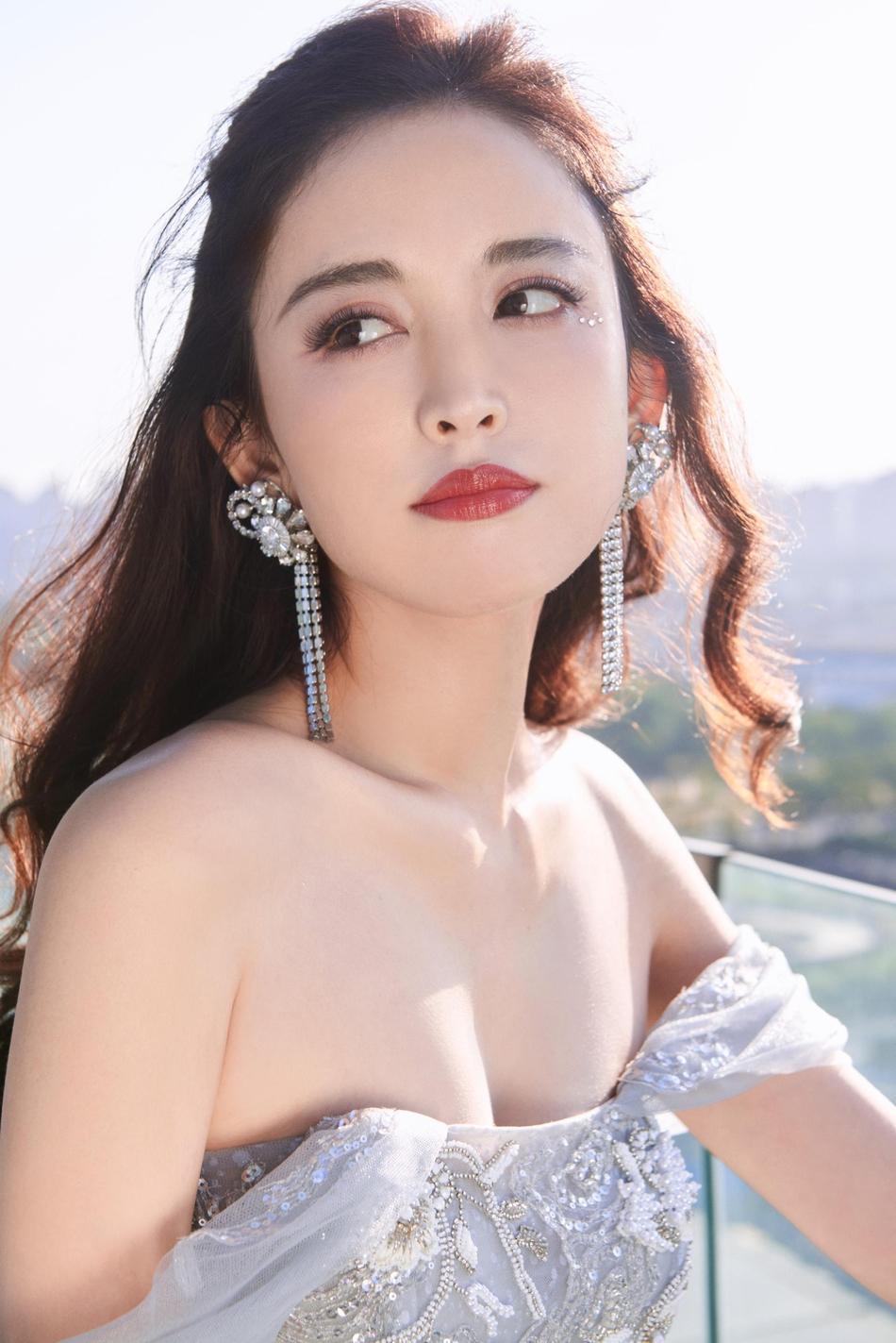 娜扎穿刺绣长裙秀酥胸香肩 背部线条优美性感撩人