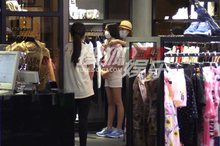 佟大为妻女逛街照被曝,12岁身高已超妈妈关悦,大长腿像王祖贤