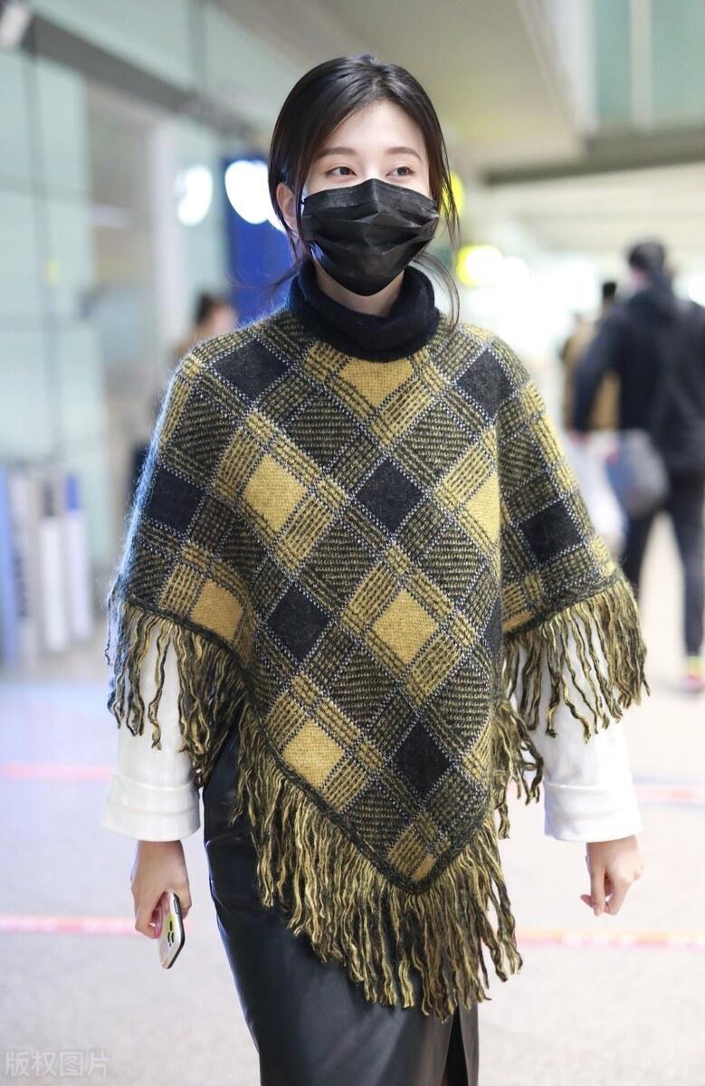 乔欣穿黄黑格子披肩外套现身机场,扎起头发化淡妆,气质超温柔