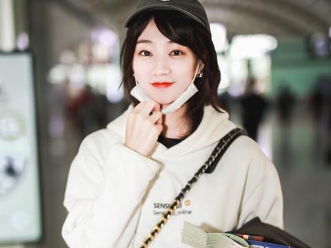 陈诗敏穿搭清新现身机场,清纯与美艳与一体浅浅笑容令人心动
