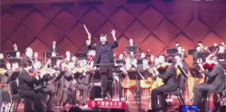 马云,去年12月指挥中国爱乐乐团演奏《拉德茨基进行曲》