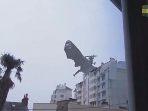 女子刚出门突然听见轰鸣声,抬头一看发现庞然大物!