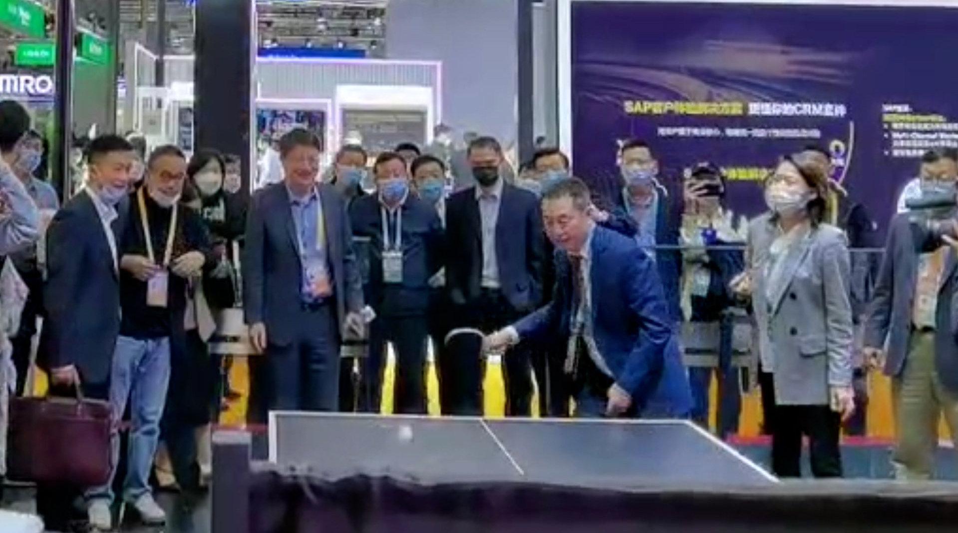 每经记者逛进博丨谁来打败它?前世界冠军施之皓挑战乒乓球机器人