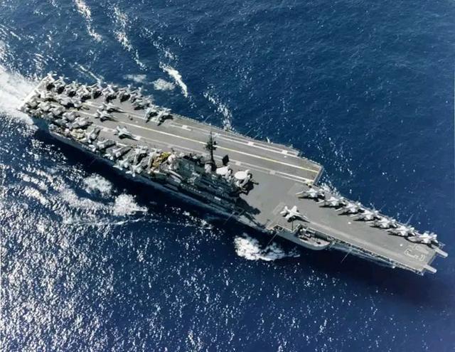 航空母舰上没有栏杆,如何防止舰员坠海?栏杆虽渺小却不容忽视
