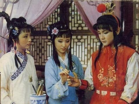 贾母给宝钗过生日,黛玉吃醋也就罢了,看戏的史湘云闹什么情绪