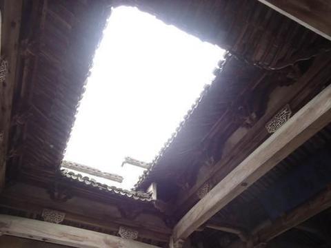 一半抬高铺防腐木,一半下沉当花园,难怪天井小院在日本这么抢手