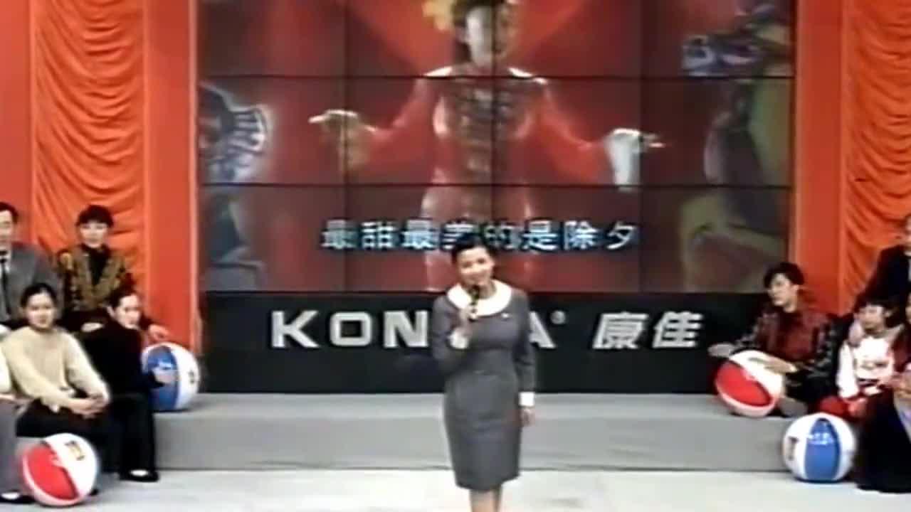 年轻的张也在《综艺大观》唱《万事如意》,身旁坐着的都是大咖!
