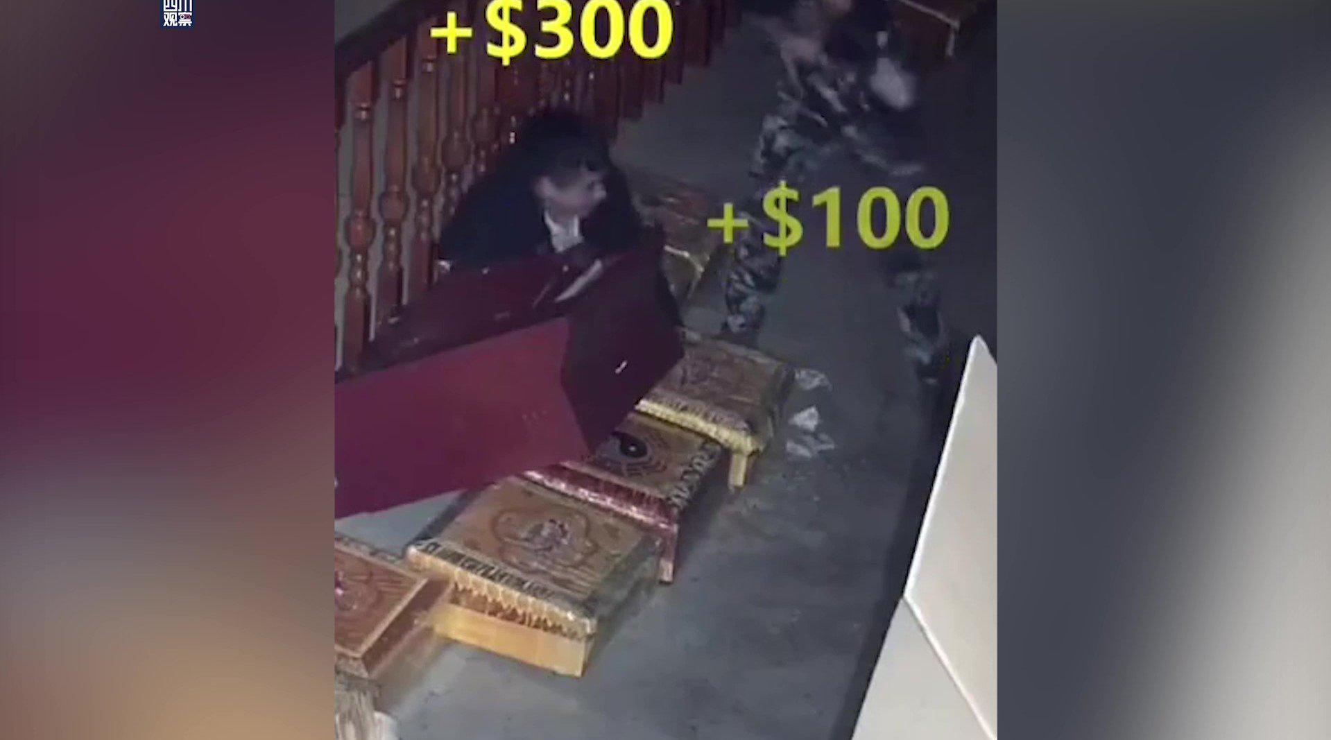 两小偷盗取财神庙功德箱 网友:财神的钱也拿吗