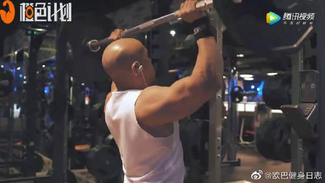 一分钟男生肩部健身动作精要,三组器械力量训练演示收藏版