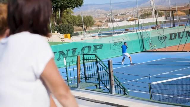 狂热的皇家马德里球迷,来自澳大利亚的网球明星德米纳尔