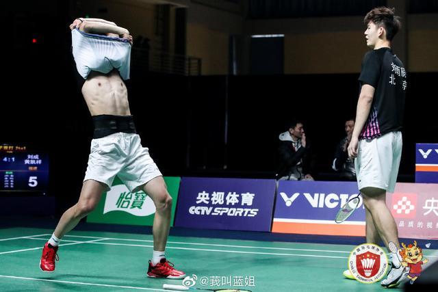 国羽小将夺冠后太兴奋,直接脱衣庆祝,刘雨辰遭球迷调侃