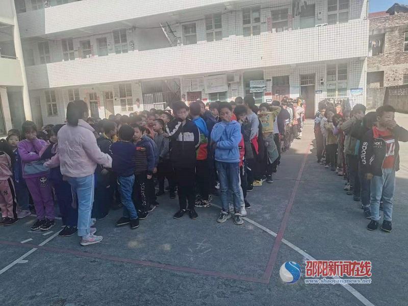 隆回县西洋江镇苏河完小举行消防安全疏散演练